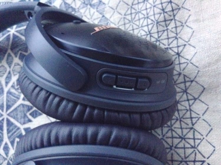 review-noise-cancelling-bose-quietcomfort35-headphones-navy-blue-limited-edition-rose-gold-text-buttons