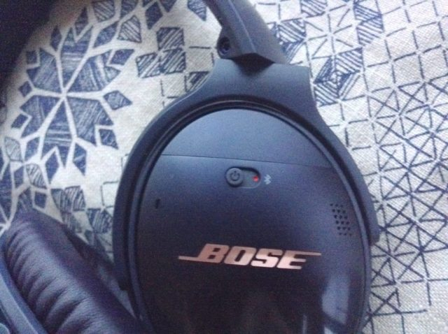 review-noise-cancelling-bose-quietcomfort35-headphones-navy-blue-limited-edition-rose-gold-text-wireless-switch