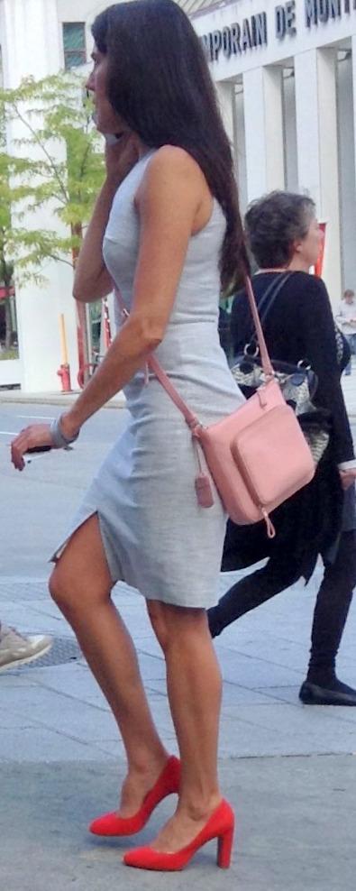street-style_gorgeous-woman-montreal-linen-grey-shift-orange-shoes