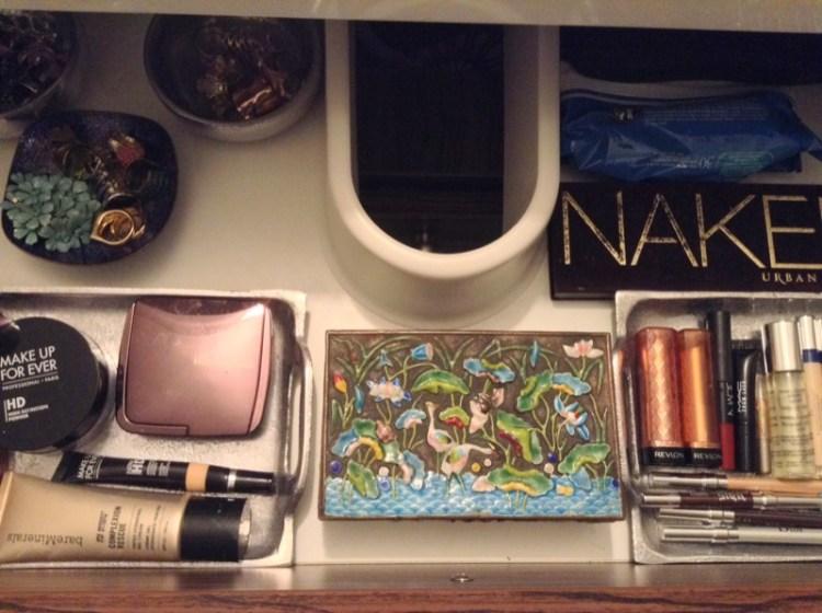 https://www.savespendsplurge.com/parts-of-my-minimalist-home-apartment-the-bathroom/