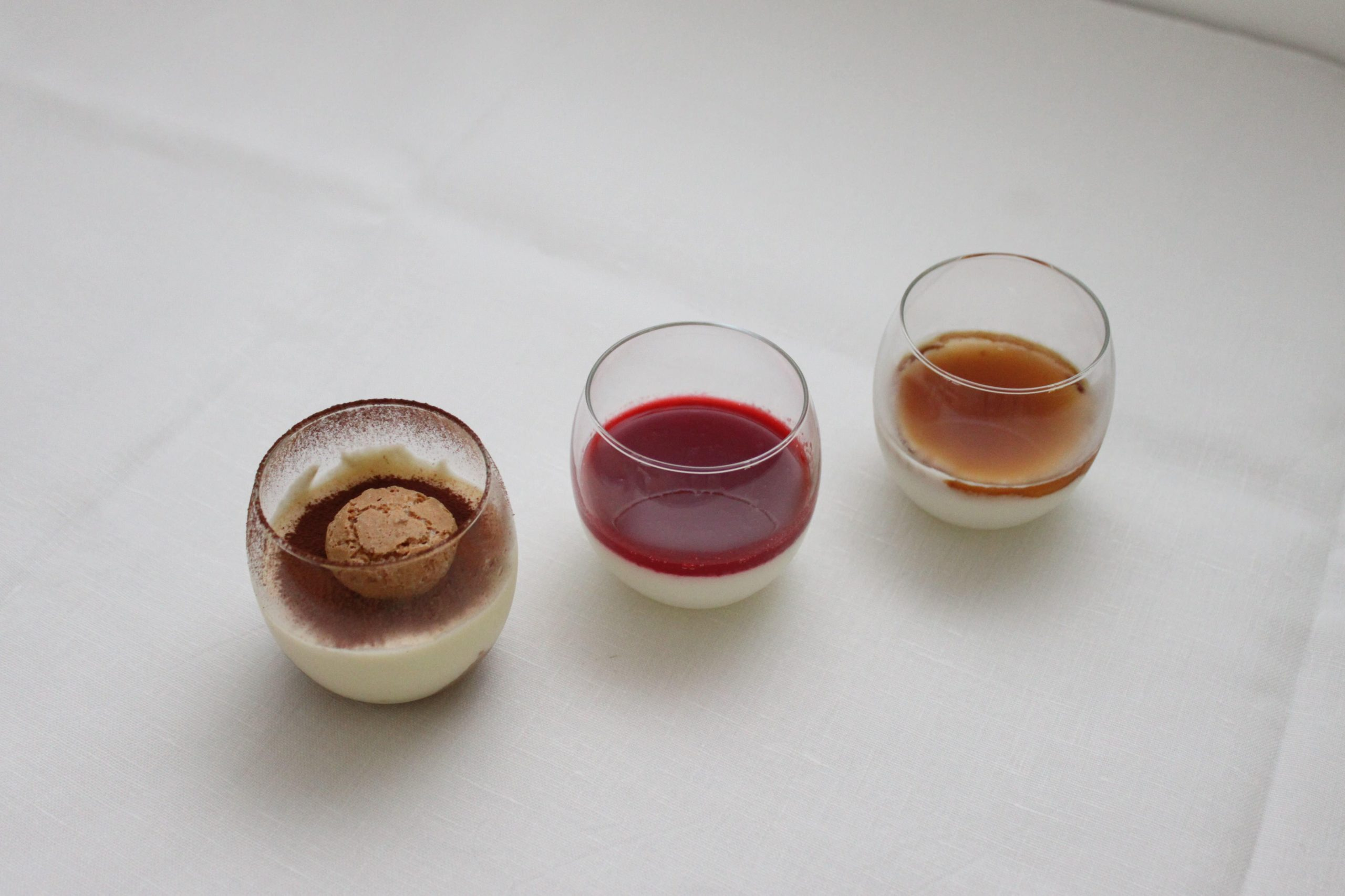 Trio de verrines (tiramisù, panna cotta fruits rouges, panna cotta caramel)
