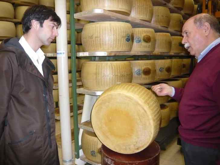 Riccardo in una fabbrica di Parmigiano Reggiano