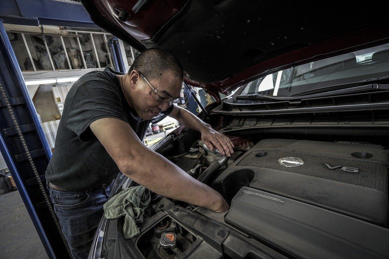 Garagiste faisant une vidange - © Pixabay