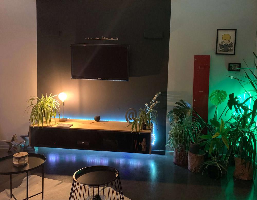 Salon avec HomePod et lumières connectées