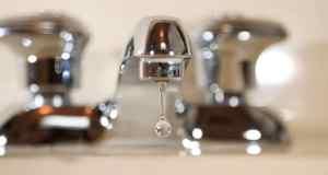 voda istječe iz pipe