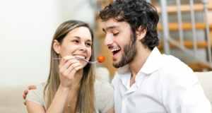 ljubavni par uživa u hrani