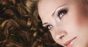 žena s kovrčavom kosom