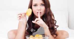djevojka koja jede u tajnosti