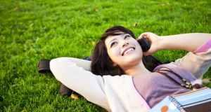 djevojka na travi