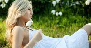 djevojka u bijeloj haljini