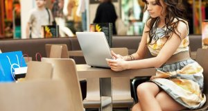 žena koja ima laptop