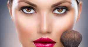 žena s našminkanim očima