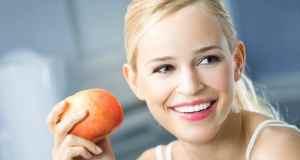 djevojka s jabukom