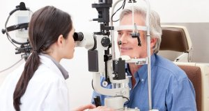 gospodin na očnom pregledu