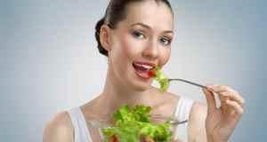djevojka jede salatu