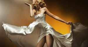 žena u bijeloj haljini