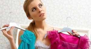 djevojka drži dvije haljine