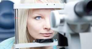 djevojka kod oftalmologa