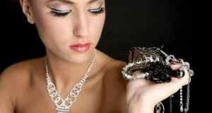žena s nakitom u ruci
