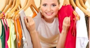 djevojka bira odjeću