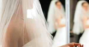 jevojka isprobava vjenčanicu