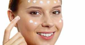 žena nanosi masku na određena mjesta