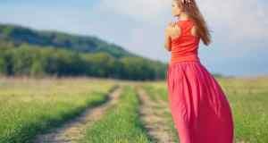 djevojka u dugoj ljetnoj haljini
