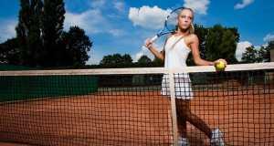 djevojka na tenisu