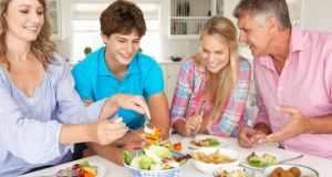 obitelj za stolom