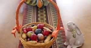 košara s obojanim jajima