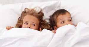 djeca u krevetu
