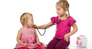 djeca se igraju doktora