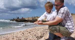 dječak i tata na plaži