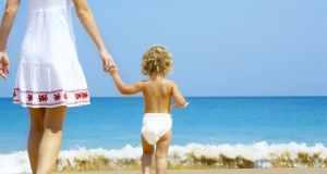 mama i beba na plaži