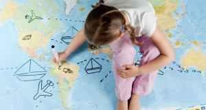 djevojčica i karta svijeta