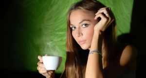 žena pije kavu