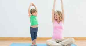 mama i kćer vježbaju
