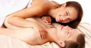 muškarac i žena u krevetu-I
