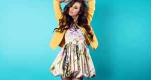 žena u cvjetnoj haljini