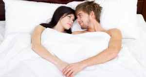 ljubavni par u krevetu
