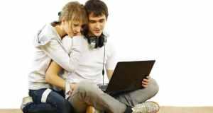 ljubavni par i laptop