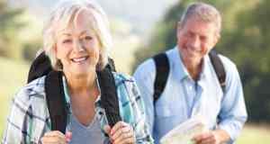 stariji par u šetnji