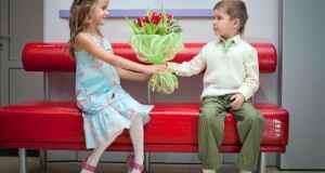 djevojčica i dječak s cvijećem