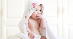 mala beba u ručniku