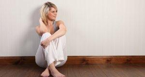 žena sjedi na podu