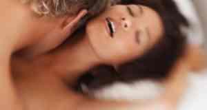 muškarac i žena u krevetu