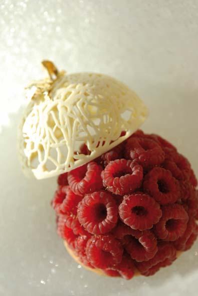Pompon de framboises fraches en douceur de chocolat blanc parfum de tiramisu et glace au caf