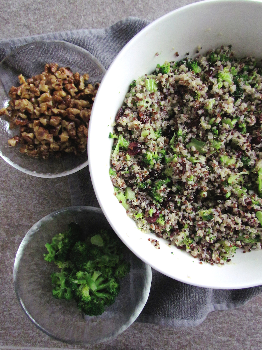 quinoa salad with caramelized walnuts and cranberries | www.savormania.com