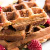 These whole wheat banana oatmeal waffles will give your family a healthy start into the day! Easy to make and full of fluffy banana pieces.
