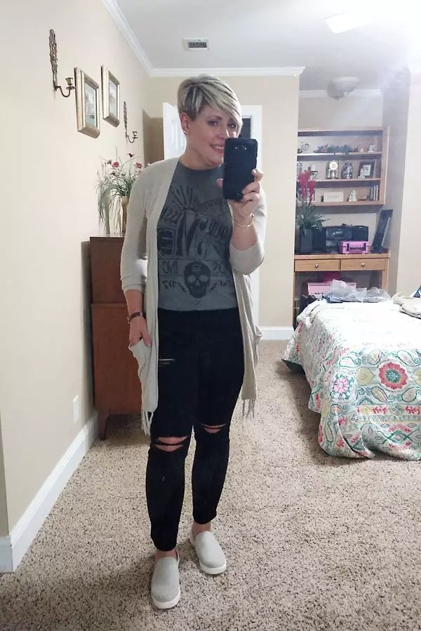 graphic tee with distressed jeans